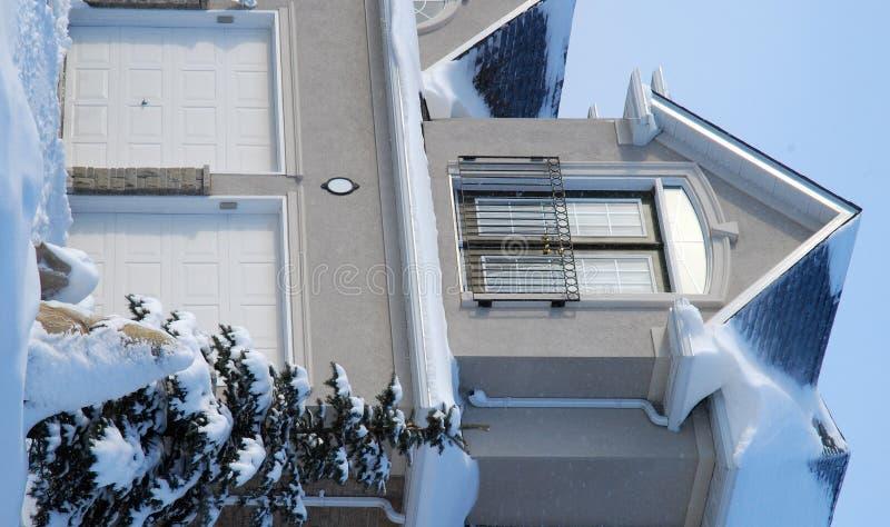 Casa en invierno - la vertical compite imágenes de archivo libres de regalías