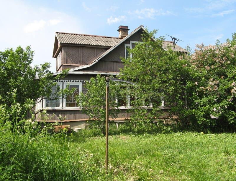 Casa en la aldea imagen de archivo