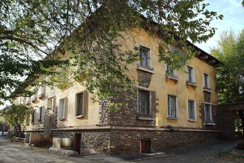 Casa en la calle de Mendeleev en la ciudad de Magnitogorsk, Rusia imagen de archivo