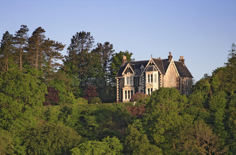 Casa en la colina. imagen de archivo libre de regalías