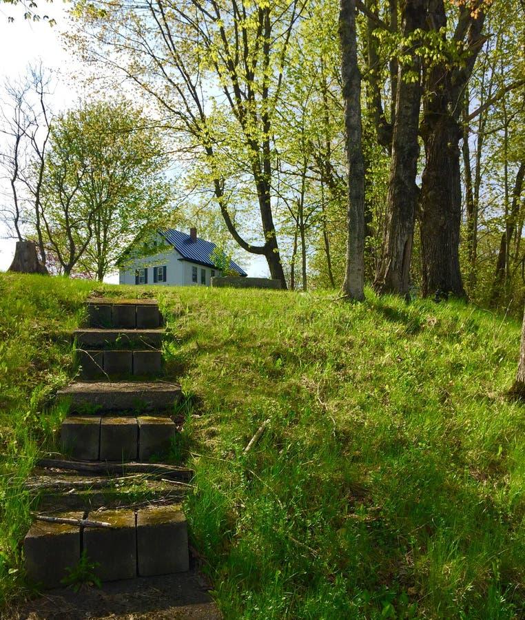 Casa en la colina escarpada con pasos foto de archivo