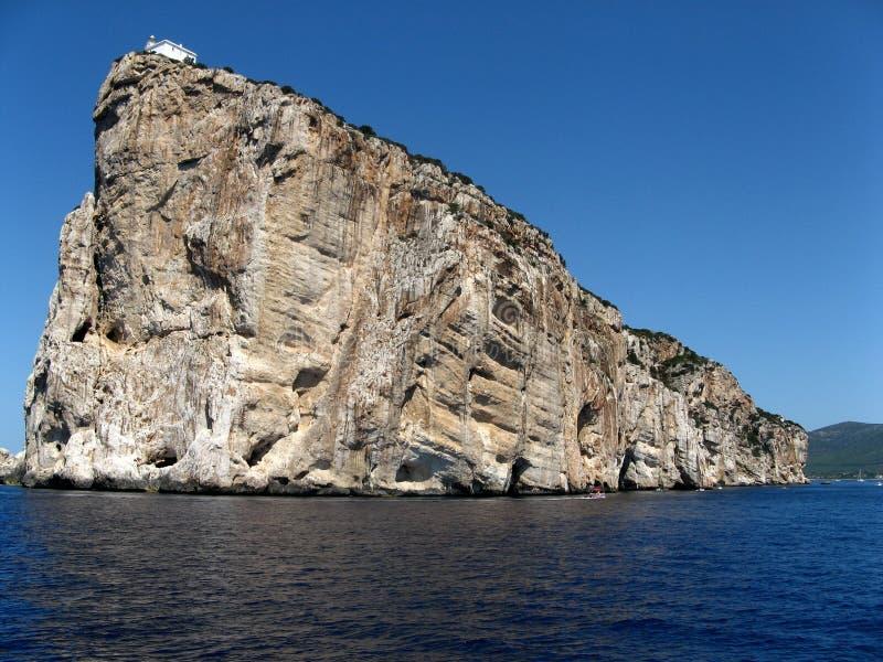 Casa en la isla de la roca fotos de archivo