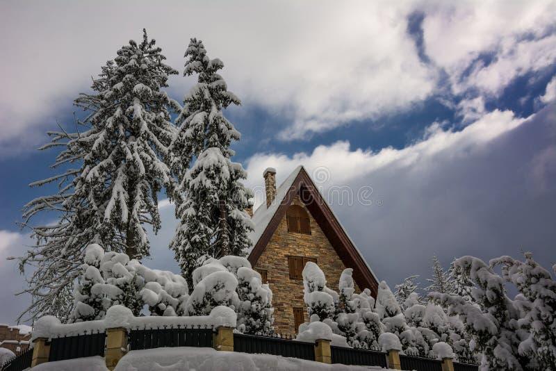 Casa en la montaña, Bulgaria imagen de archivo libre de regalías