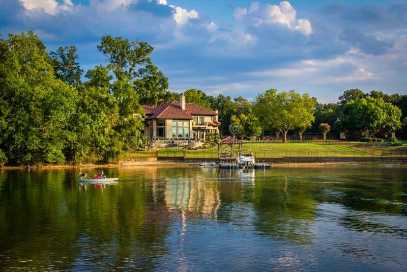 Casa en la orilla del normando del lago, en Cornelio, Carolina del Norte fotos de archivo libres de regalías