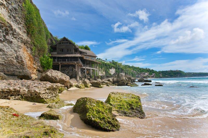 Casa en la playa rocosa foto de archivo