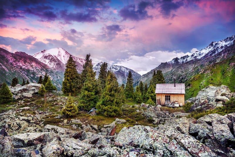 Download Casa en las montañas imagen de archivo. Imagen de rural - 42434735