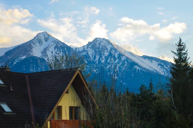 Casa en las monta?as Hermosa vista del paisaje de la montaña, parque nacional de Tatra, Polonia fotos de archivo libres de regalías