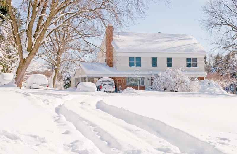 Casa en nieve profunda del invierno foto de archivo