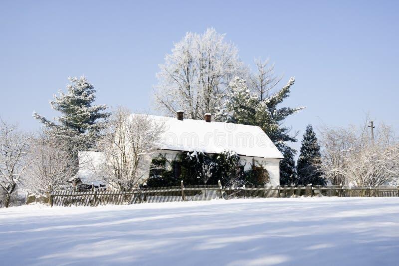 Casa en paisaje del invierno imágenes de archivo libres de regalías