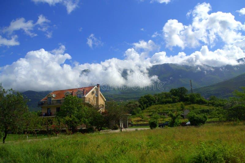 Casa en paisaje hermoso de la montaña imagen de archivo