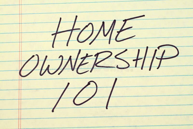Casa en propiedad 101 en un cojín legal amarillo imagen de archivo