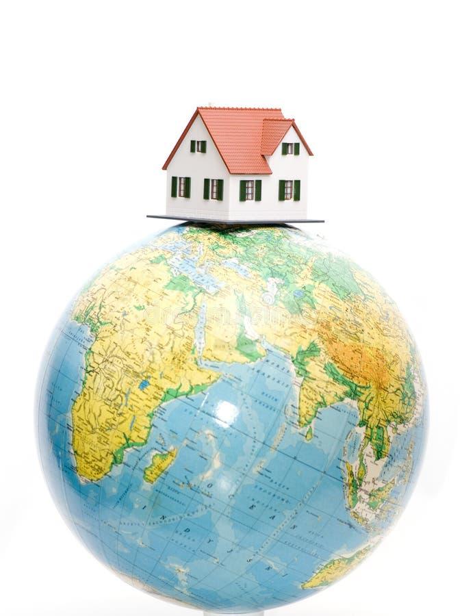 Casa en tapa del globo imagen de archivo libre de regalías