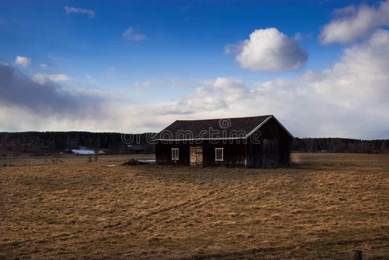 Casa en un campo foto de archivo