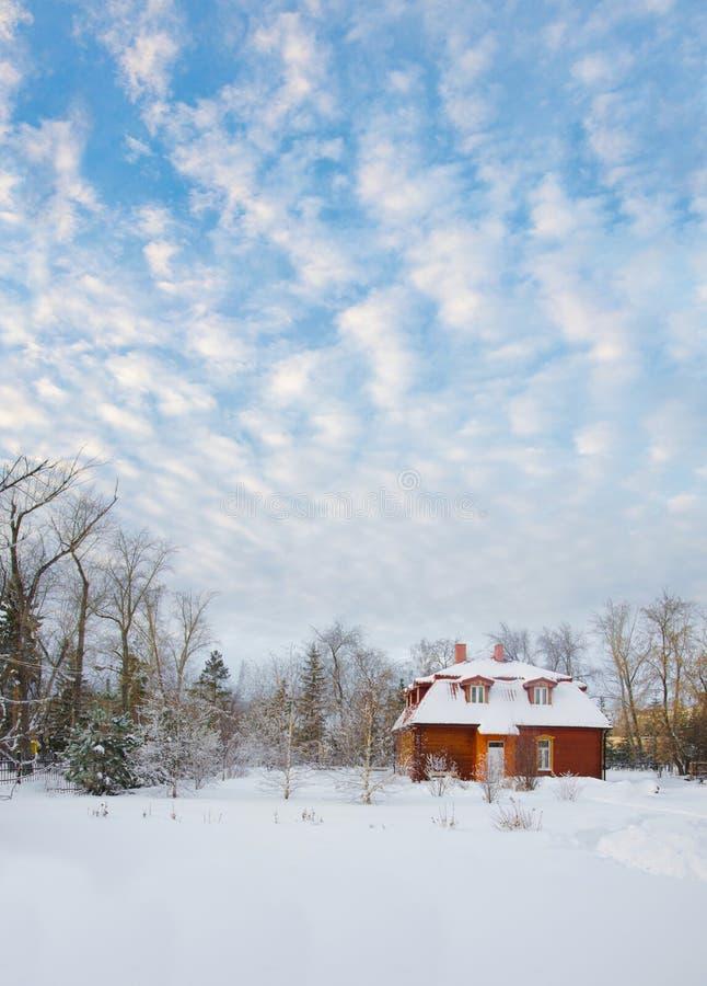Casa en un campo nevoso imagen de archivo