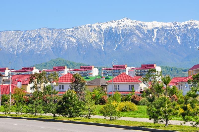Casa en un fondo de montañas en el distrito de Adler de Sochi imagen de archivo libre de regalías