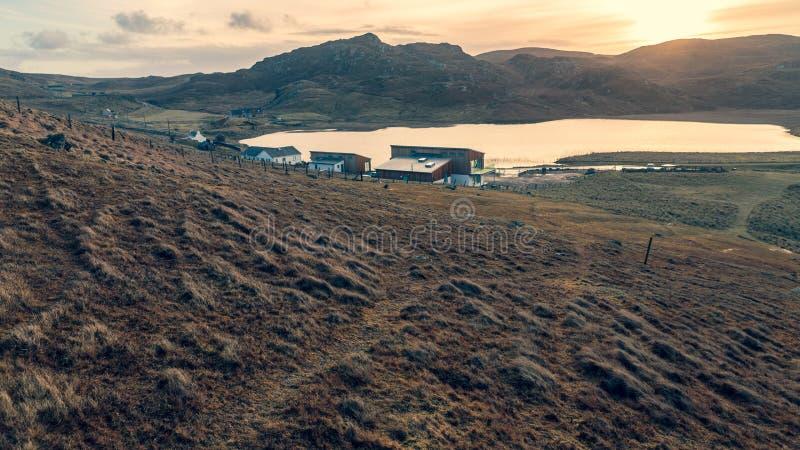 Casa en un lago Hebrides externo Escocia foto de archivo