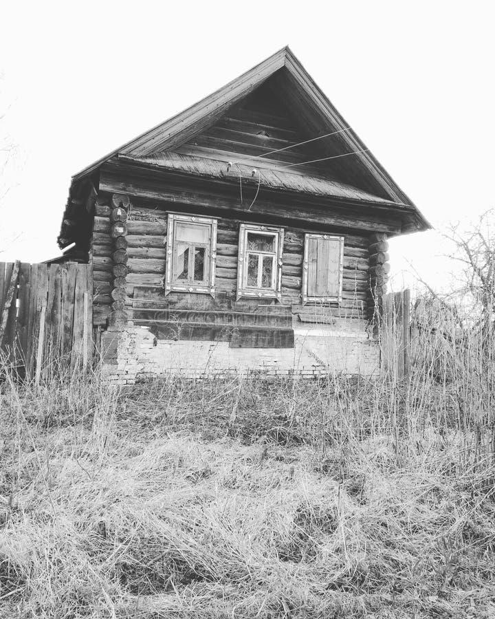 Casa en un pueblo ruso foto de archivo libre de regalías
