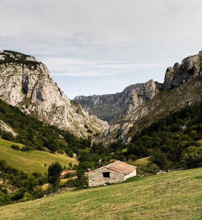 Casa en un valle de la montaña fotos de archivo libres de regalías