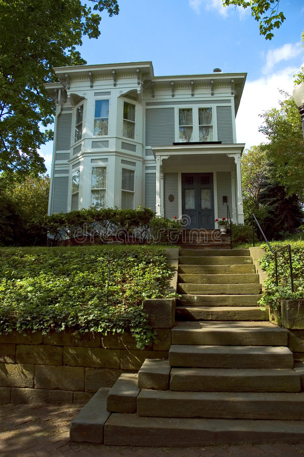 Casa en una colina foto de archivo libre de regalías