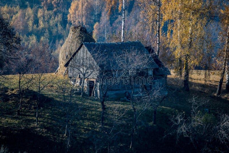 Casa en una colina cubierta en niebla cerca de Brasov, Rumania fotografía de archivo libre de regalías