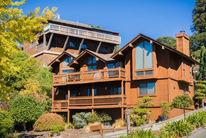 Casa en una vecindad residencial en Oakland, San Francisco Bay en un día soleado, California imagenes de archivo