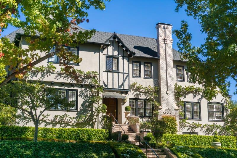 Casa en una vecindad residencial en Oakland, San Francisco Bay en un día soleado, California imagen de archivo
