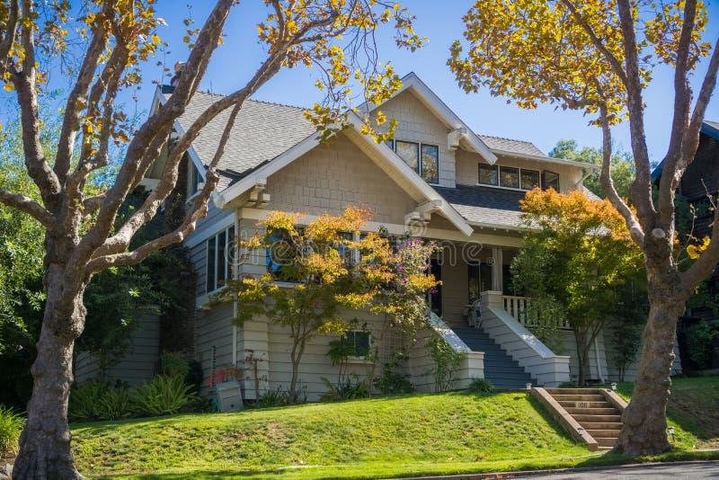 Casa en una vecindad residencial en San Francisco Bay en un día soleado, California imagen de archivo libre de regalías