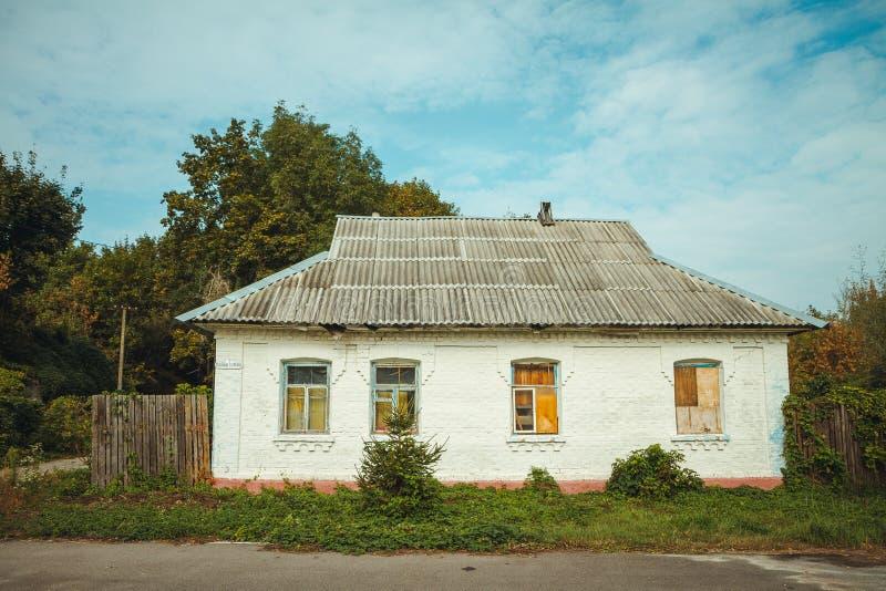 Casa en zona de exclusión de Chornobyl Zona radiactiva en la ciudad de Pripyat - pueblo fantasma abandonado Historia de Chernóbil imágenes de archivo libres de regalías