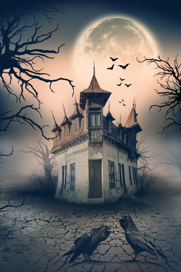 Casa encantada con los cuervos y escena del horror imagen de archivo libre de regalías