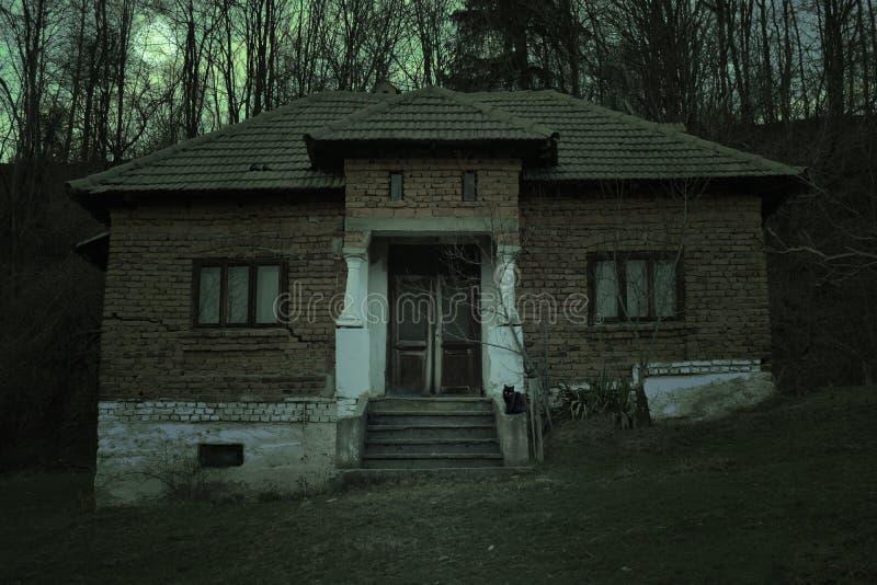 Casa encantada espeluznante con la atm?sfera oscura del horror E foto de archivo libre de regalías