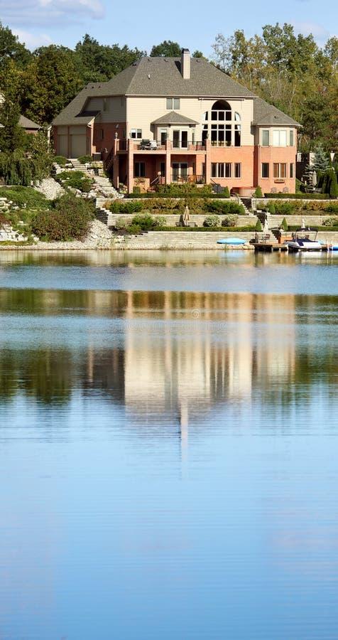 Casa enorme del lago fotos de archivo libres de regalías