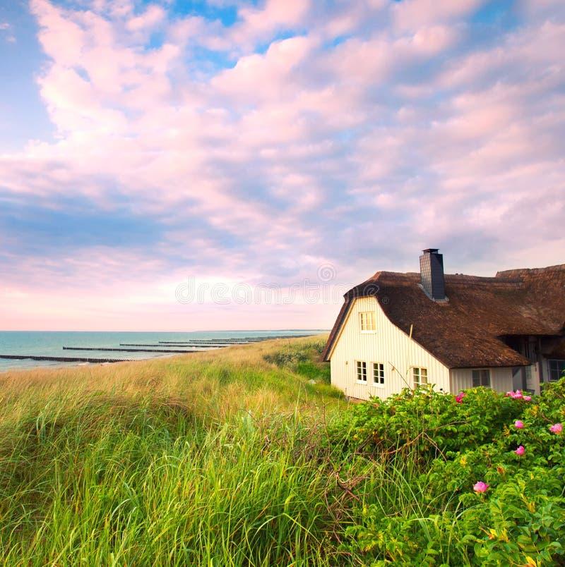 Casa entre as dunas no oceano imagem de stock royalty free