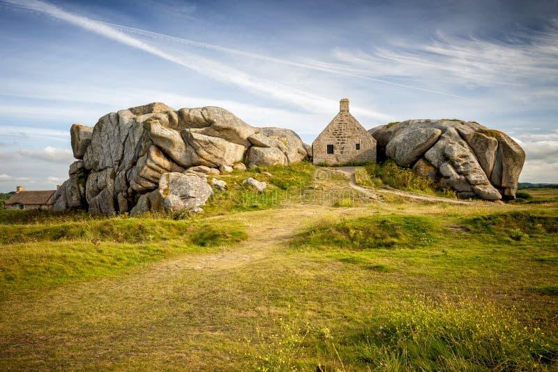 Casa entre as rochas na vila de Meneham, Kerlouan, Finistere, Brittany Bretagne, França imagem de stock