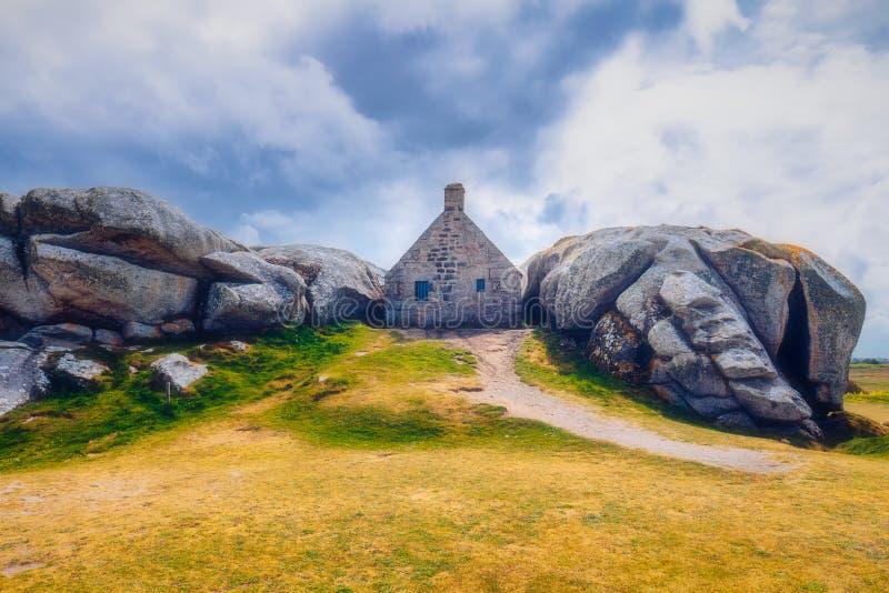 Casa entre las rocas en el pueblo de Meneham, Kerlouan, Finistere, foto de archivo libre de regalías
