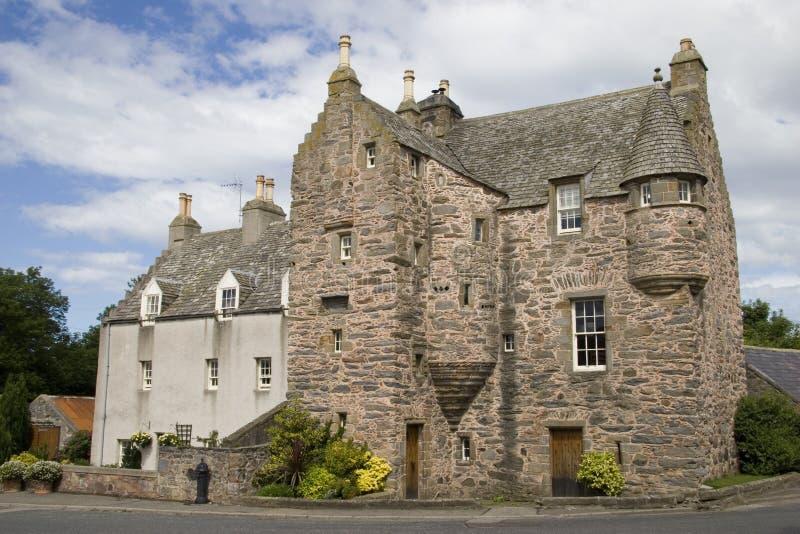 Casa escocesa de la torre del siglo XVI fotos de archivo