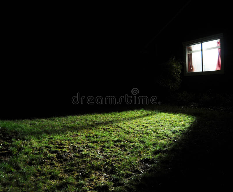 Casa escura na noite imagens de stock