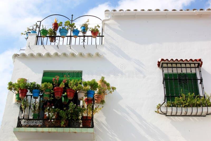 Casa espanhola branca com balcões e plantas foto de stock royalty free