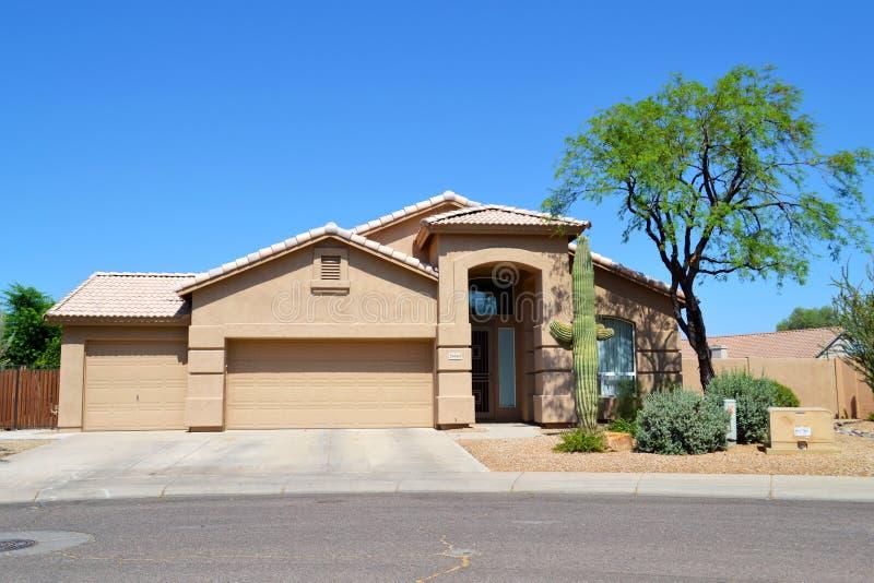 Casa espanhola/do sudoeste brandnew do sonho do Arizona do estilo fotografia de stock royalty free