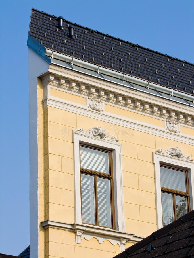 Casa estreita. Fachada de uma casa renovada. imagens de stock