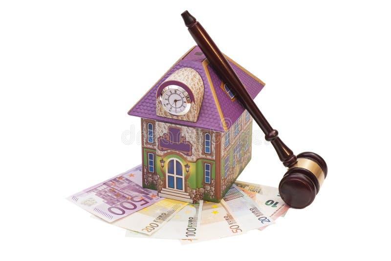 Casa, euro- dinheiro e martelo fotos de stock