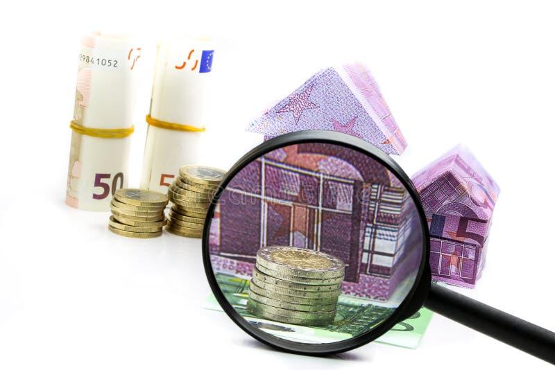 Casa euro y costos de la cuenta debajo de la lupa imagen de archivo libre de regalías
