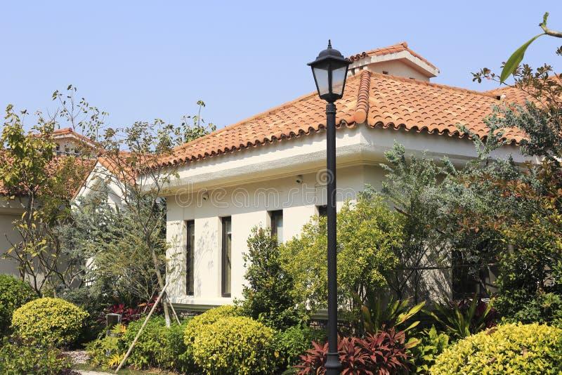 Casa europea del estilo con la lámpara imagenes de archivo