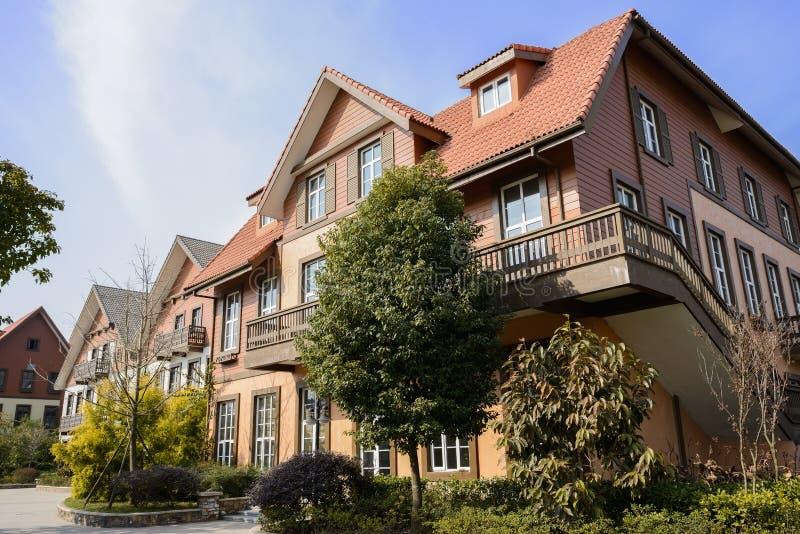 Casa europeia exótica do estilo no meio-dia ensolarado do inverno imagem de stock royalty free
