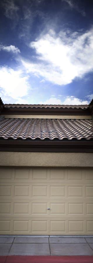 Casa exterior con el cielo azul foto de archivo libre de regalías