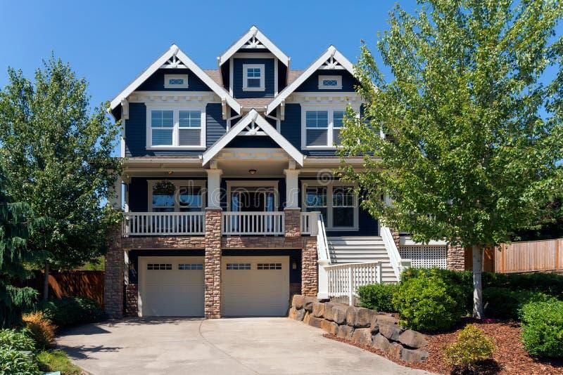 Casa familiar da garagem de dois carros única na vizinhança suburbana fotografia de stock royalty free
