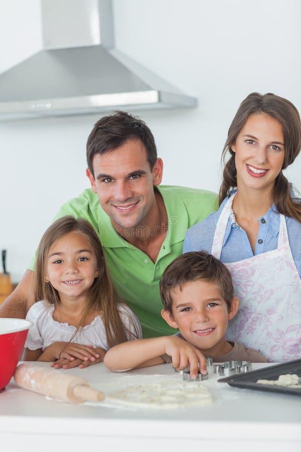Casa familiar que coze junto na cozinha fotografia de stock