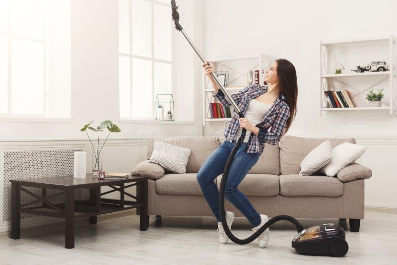 Casa feliz da limpeza da mulher com aspirador de p30 foto de stock royalty free