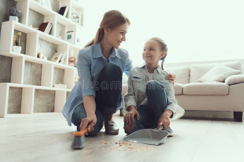 Casa feliz de la limpieza de la madre y de la hija junto imagenes de archivo
