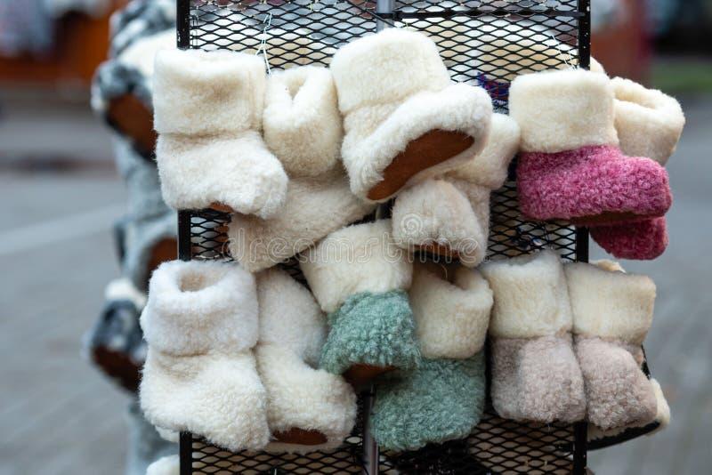 A casa fez as sapatas das crianças de lã de cores diferentes fotografia de stock