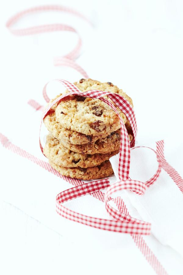 A casa fez cookies de manteiga com passas imagem de stock